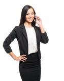 工作在智能手机的一名年轻女实业家 免版税库存图片