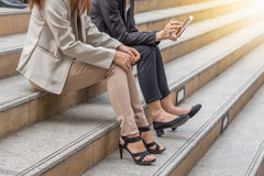 工作在智能手机的事务队在城市背景,成功工作在会议上的商务伙伴 库存图片