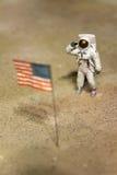 工作在月亮的宇航员或太空人 免版税库存照片