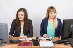 工作在有一张书桌的办公室的两个女商人 库存图片