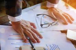 工作在有企业图的书桌上的商人 库存图片