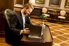工作在有古家具的办公室的年轻人 免版税库存照片