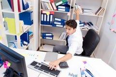 工作在有堆的办公室的商人书和纸 免版税库存照片