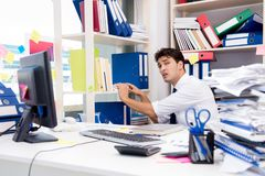 工作在有堆的办公室的商人书和纸 库存图片