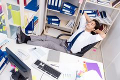 工作在有堆的办公室的商人书和纸 库存照片