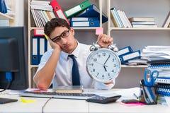 工作在有堆的办公室的商人书和纸 免版税库存图片