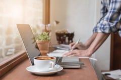 工作在有文件和膝上型计算机的办公室的商人 免版税库存图片