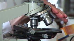 工作在有显微镜的,关闭实验室的研究员 股票录像