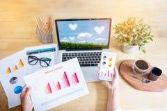 工作在有显示的手市场报图办公室 计划新的战略的营销部门 免版税库存图片