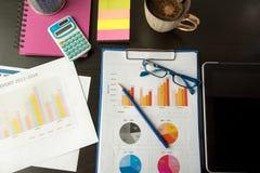工作在有显示的手市场报图办公室 计划新的战略的营销部门 免版税图库摄影