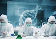 工作在有未来派接口的实验室的化学家 库存照片