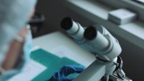 工作在有样品的实验室的科学家 股票录像