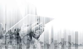 工作在有现代大厦的数字式片剂的两次曝光商人 企业成长和投资 免版税库存照片