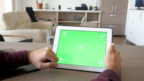 工作在有绿色屏幕嘲笑的数字式片剂个人计算机的人 股票录像