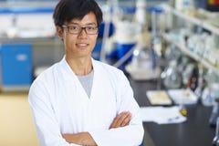 工作在有试管的实验室的亚裔实验室科学家 库存图片