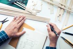 工作在有轻木材料的工作台的男性 Diy,设计 库存照片