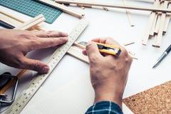 工作在有轻木材料的工作台的男性 Diy,设计 免版税库存照片