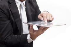 工作在有whi的计算机片剂触摸屏上的商人 免版税库存照片