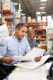 工作在服务台的企业同事在大商店里 免版税库存照片