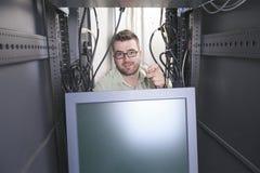 工作在服务器屋子里的网络工程师 免版税库存照片