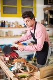 工作在木材加工机器的工匠 图库摄影
