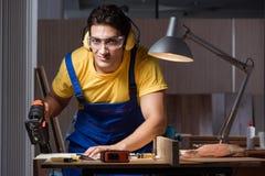 工作在木材加工概念的修理车间的工作者 图库摄影