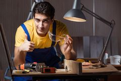 工作在木材加工概念的修理车间的工作者 免版税图库摄影