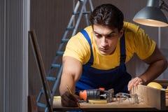 工作在木材加工概念的修理车间的工作者 库存照片