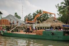 工作在木运输的人们在越南,亚洲 库存照片