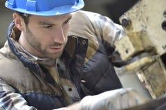 工作在机器的产业工人 免版税库存照片