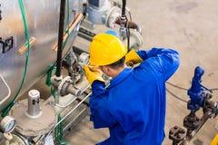 工作在机器的产业工人 免版税库存图片