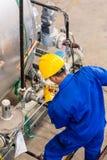 工作在机器的产业工人 免版税图库摄影