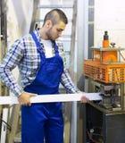 工作在机器的工作者 免版税库存图片