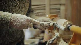 工作在机器的木匠机械地做出木头 股票录像