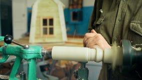 工作在机器的木匠机械地做出木头 股票视频
