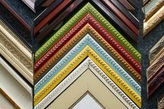 工作在框架的工匠在框架商店 举行框架角度的专业策划者手 顶视图 免版税库存图片