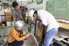 工作在框架的工匠在框架商店 免版税库存图片