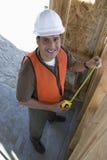 工作在框架的愉快的男性建筑师 免版税图库摄影