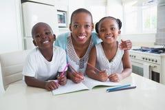工作在桌上的一个愉快的家庭的画象 免版税库存照片
