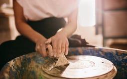 工作在横式转盘的女性陶瓷工 免版税库存照片
