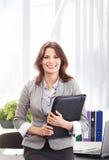 工作在正式衣裳的一名年轻女实业家 免版税库存照片