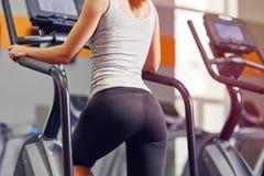 工作在步进的女孩在健身房 库存照片