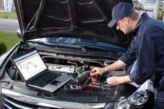 工作在汽车修理服务的汽车修理师。 免版税库存照片