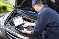 工作在汽车修理服务的汽车修理师。 免版税图库摄影