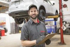 工作在汽车的技工在他的商店 免版税库存照片