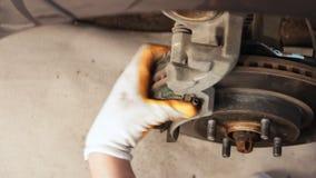 工作在汽车维修车间国内车库的闸的汽车机械师 股票视频