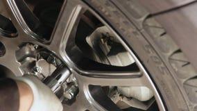 工作在汽车维修车间国内车库的闸的汽车机械师 股票录像