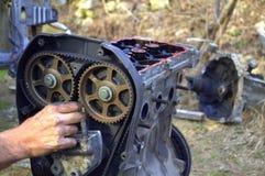 工作在汽车齿轮的技工 免版税库存照片
