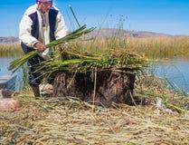工作在浮动Uros海岛的传统村庄的土产人 库存照片