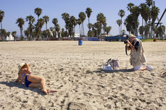 工作在海滩的赞成摄影师 免版税库存图片